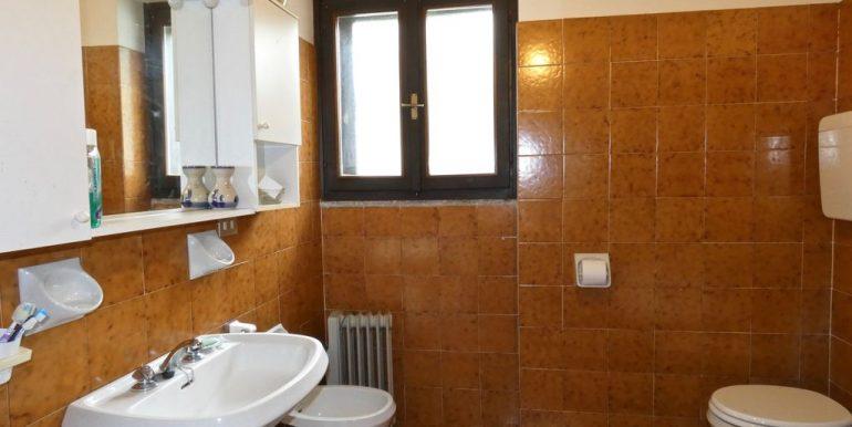 Apartment Domaso - bathroom with bathtube