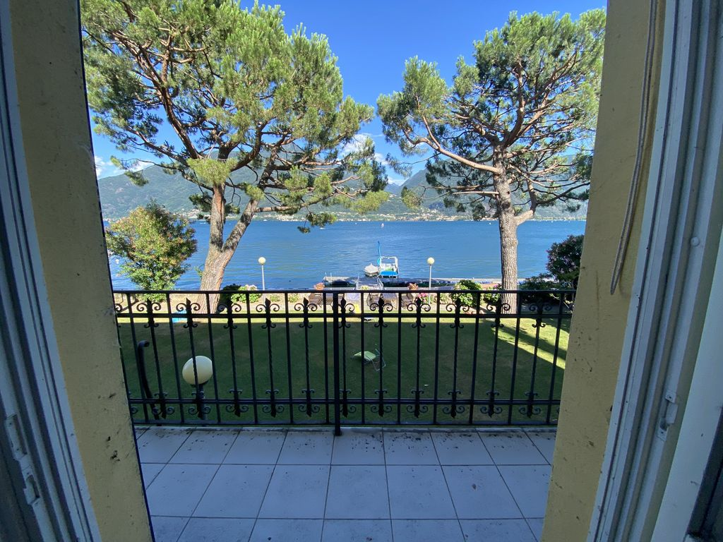 Apartment with Balcony Front Lake Cremia