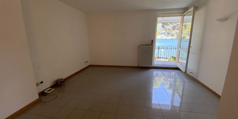 Apartment with Balcony Front Lake Cremia - living