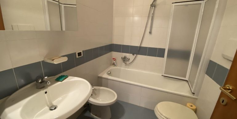 Apartment with Balcony Front Lake Cremia - bathroom
