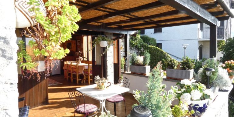 Apartment Gera Lario with Garden wooden beams