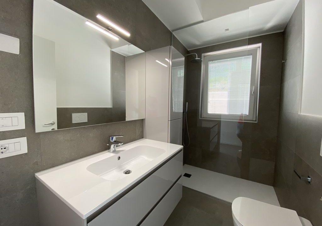 Lake Como Vercana Luxury Apartment with Terrace - bathroom