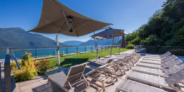 Apartment Vercana with lake view