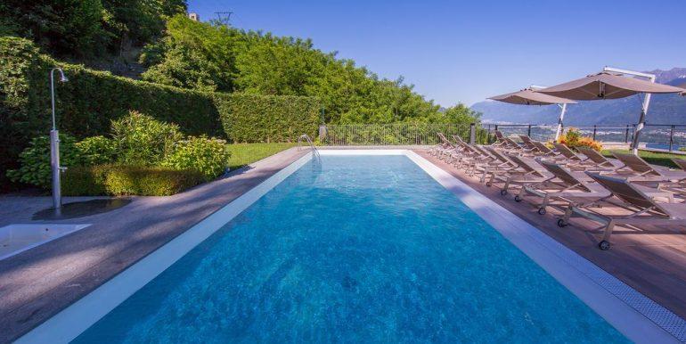 Apartment Vercana with solarium and pool