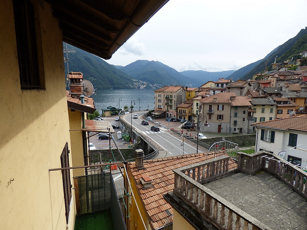 Argegno Apartment set on two levels with balcony and lake view