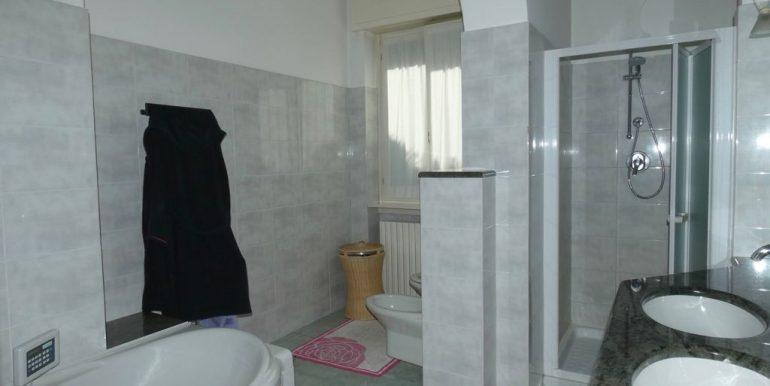 Detached Villa Mandello del Lario - bathroom with bathtube