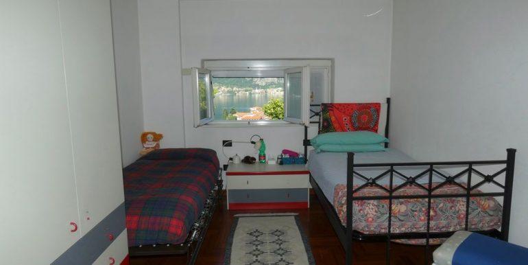 Detached Villa Mandello del Lario - bedroom with 2 beds
