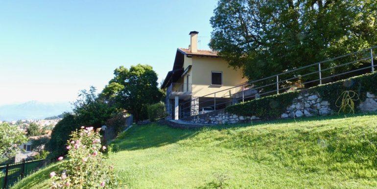 Detached Villa Mandello del Lario - private land