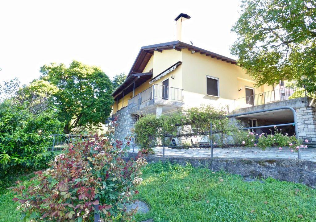 Detached Villa Mandello del Lario car park