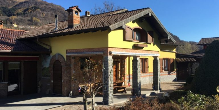 Villa with garden, swimming pool and garage