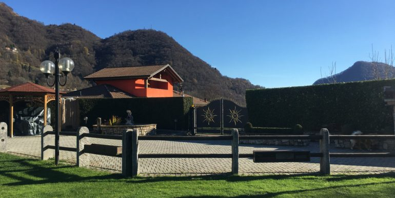 Garden -  Villa with garden, swimming pool and garage