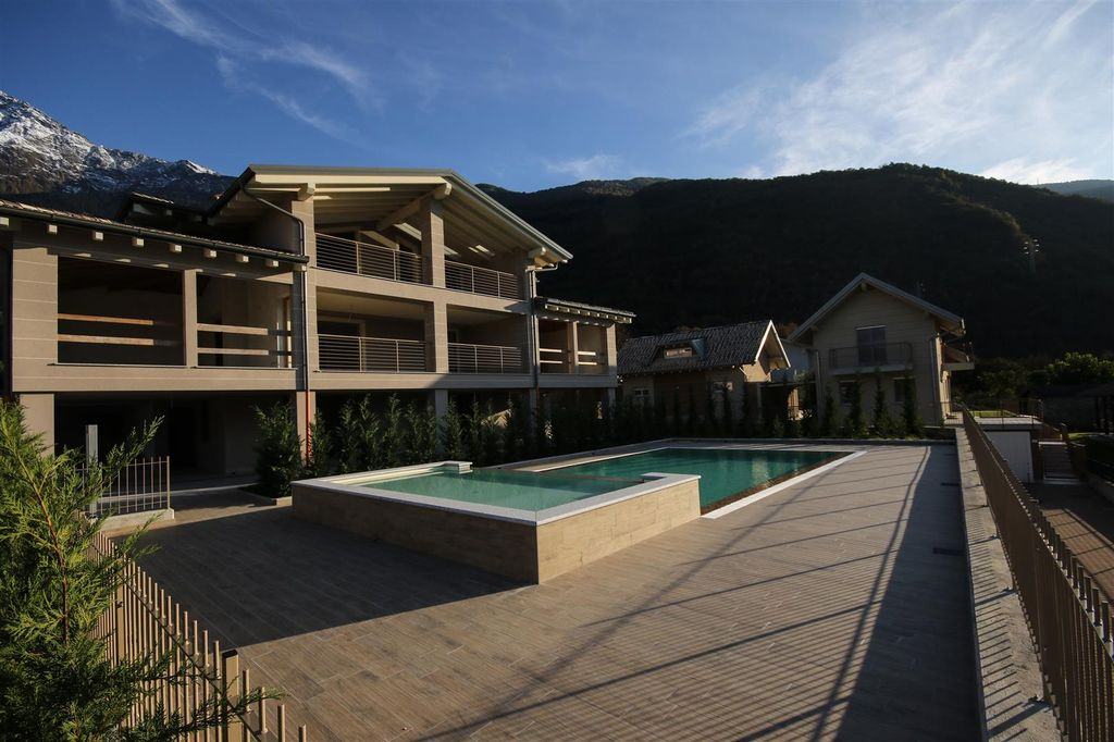Luxury villa with swimming pool colico lake como lake como real estate for Villas in uk with swimming pool