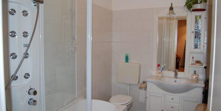 bathroom- Mezzegra- flat