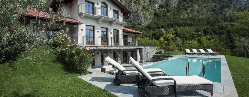 detached villa with swimming pool, garden and lake view