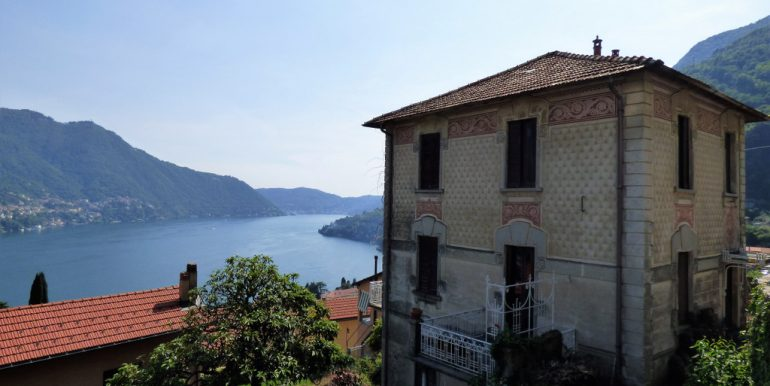 Apartment in period villa with garden and lake view