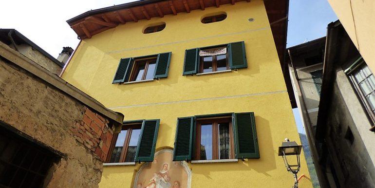Apartment Mezzegra with balcony