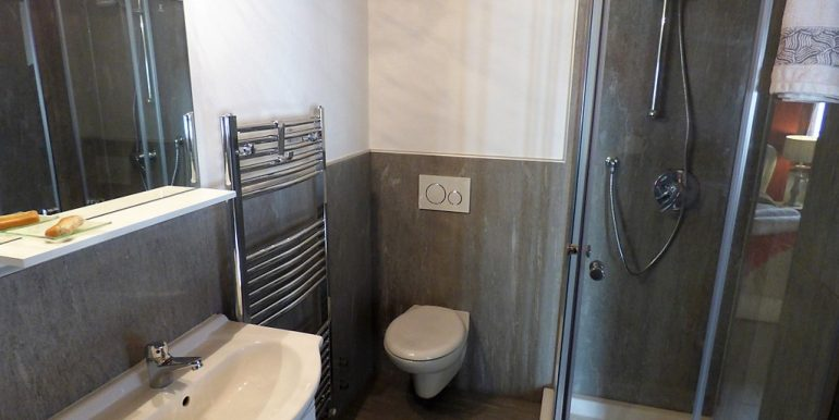 Dizzasco Apartment - bathroom with shower