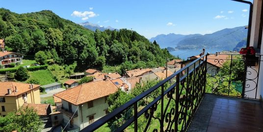 Plesio detached villa with lake view and garden