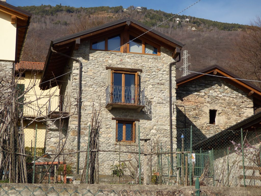 Detached Renovated Stone House with Lake View – Gera Lario
