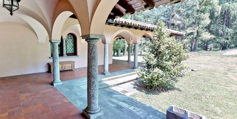 Luxury Villa Lake Como Mandello del Lario - covered porch