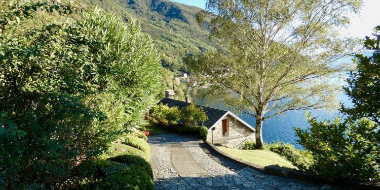 Villa Front Lake Como - access