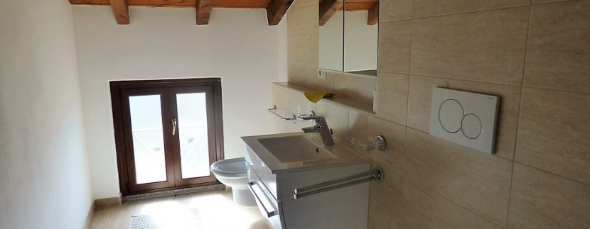 Bathroom in the attic floor - San Siro House with garden and lake view