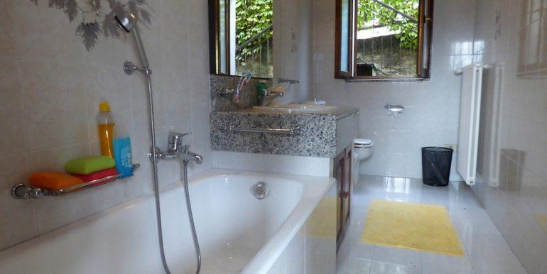 Lake Como San Siro House - bathroom with bath
